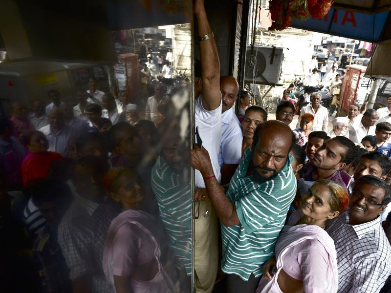 Rush hour: No, this is not Dadar station and people are not trying to board the train. They are  waiting in queue to exchange and deposit old Rs500 and Rs1,000  notes outside Bank of India's  branch in Ghatkopar (West) in Mumbai.  (Arijit Sen/HT PHOTO)
