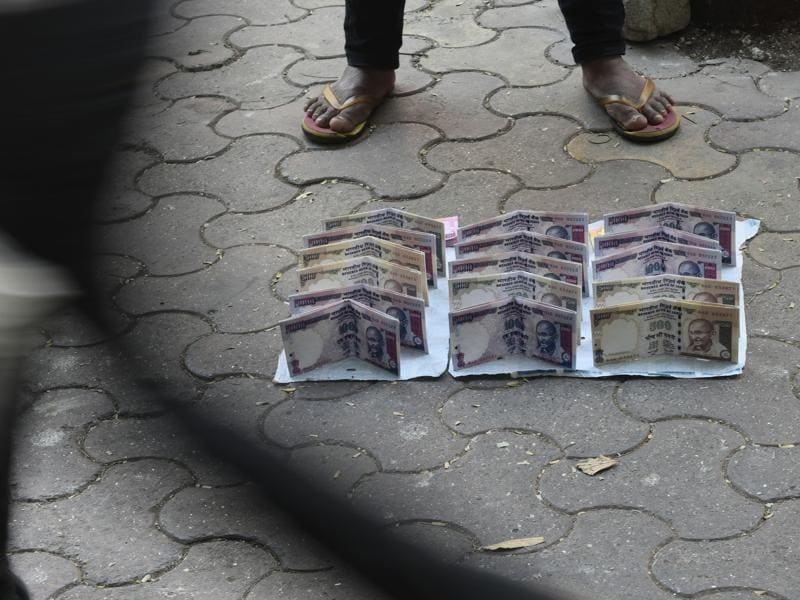 That's all it's worth:  Vendors near Chhatrapati Shivaji Terminus sell wallets designed to resemble old Rs500 and Rs1,000 notes at Rs20 only. (Arijit Sen/HT PHOTO)