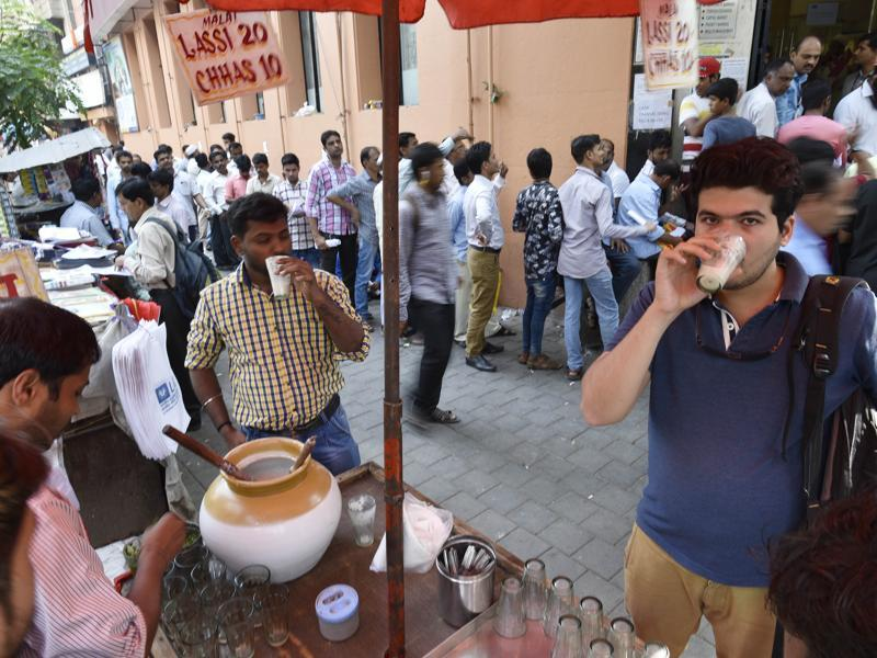After the heat over the cash crunch,  people cool off with buttermilk at Fort in Mumbai. (Anshuman Poyrekar/HT PHOTO)
