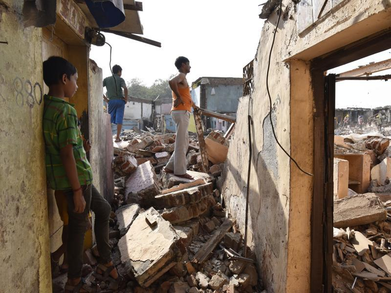 People take a last look at where their homes once stood. (Anshuman Poyrekar/HT PHOTO)