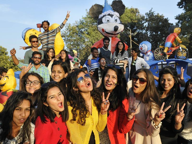 Girls enjoying at Chandigarh Carnival-2016 at Leisure Valley, Sector-10, Chandigarh on Friday, November 25, 2016. (Karun Sharma/ Hindustan times)