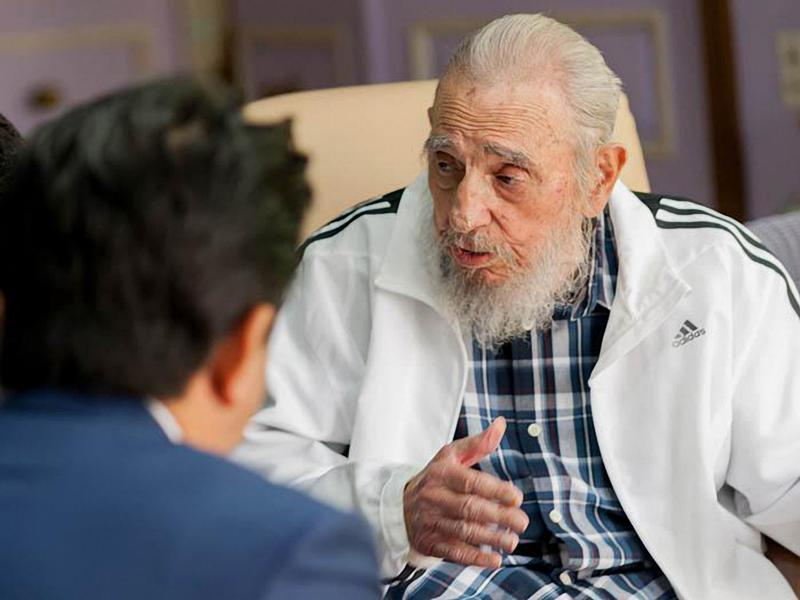 In this handout picture released by Cuban newspaper Granma, former President Fidel Castro (R) is seen during a meeting with Japanese Prime Ministro Shinzo Abe (L), in Havana on September 22, 2016.  (AFP)