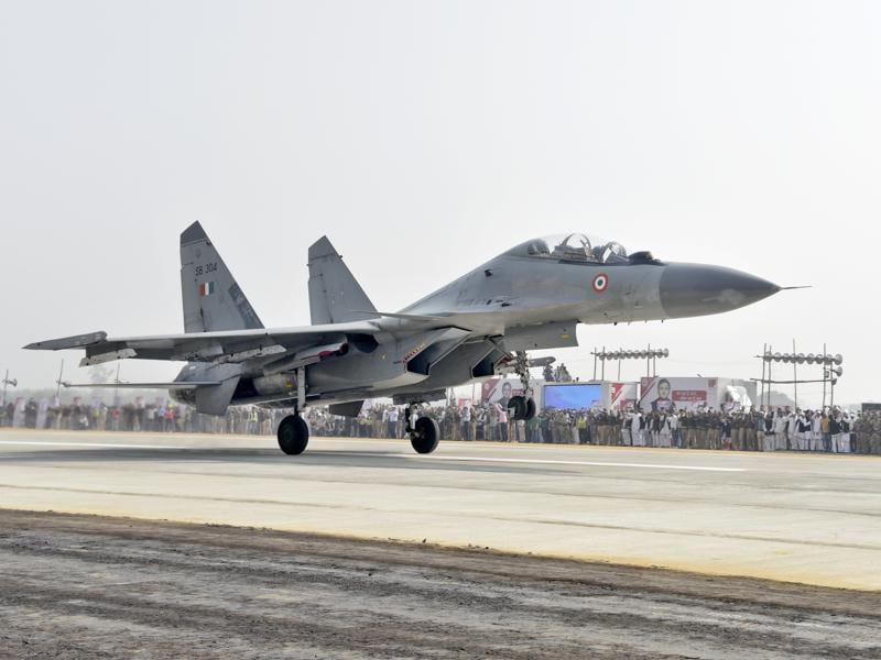 An IAF fighter jet touches down on a stretch of the Lucknow-Agra expressway in Unnao on November 21, 2016. Six Air Force jets simulated landing on the expressway, which was inaugurated by former defence minister Mulayam Singh Yadav. Of the  302 km expressway,  3.3 kms can be used to land jets in emergencies. (HT Photo)