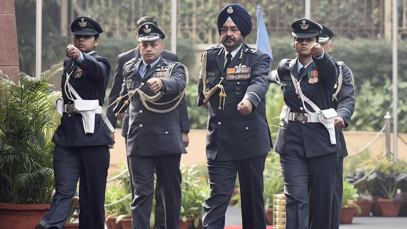 New Air Chief Marshal Birender Singh Dhanoa (second right) arrives to inspect the Guard of Honor at Air Force Headquarter in New Delhi before taking over from Air Chief Marshal Arup Raha on December 31, 2016.  (Vipin Kumar/HT PHOTO)