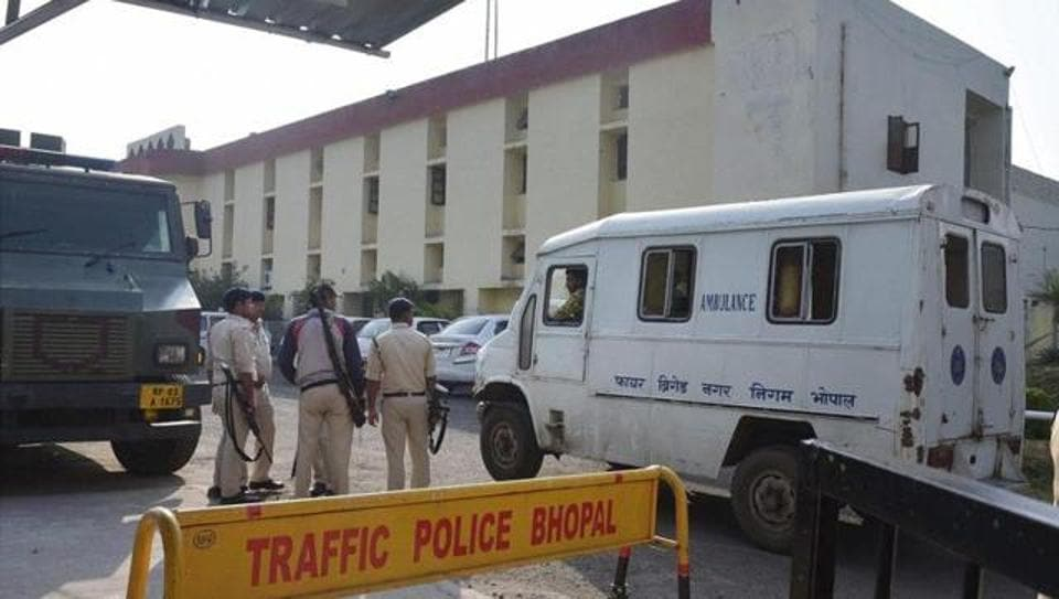 Police personnel guarding outside Bhopal Central Jail after 8 SIMI members escaped on October 31, 2016 in Bhopal. The STF killed them in an encounter later.
