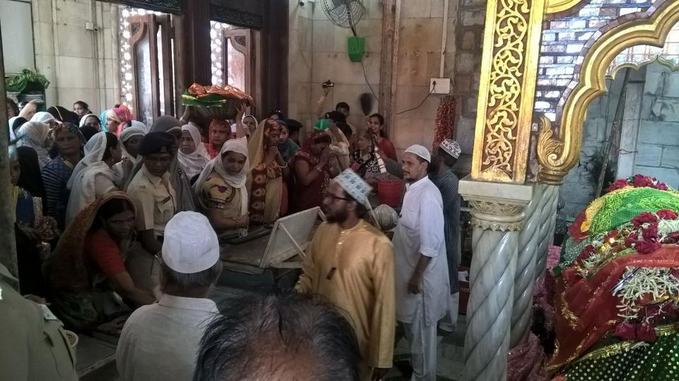 Bhartiya Muslim Mahila group entered inner sanctum of Haji Ali Shrine for the first time after the dargah trust decided to provide equal access to women inside the sanctum in Mumbai, India, November 29, 2016. (HT Photo)