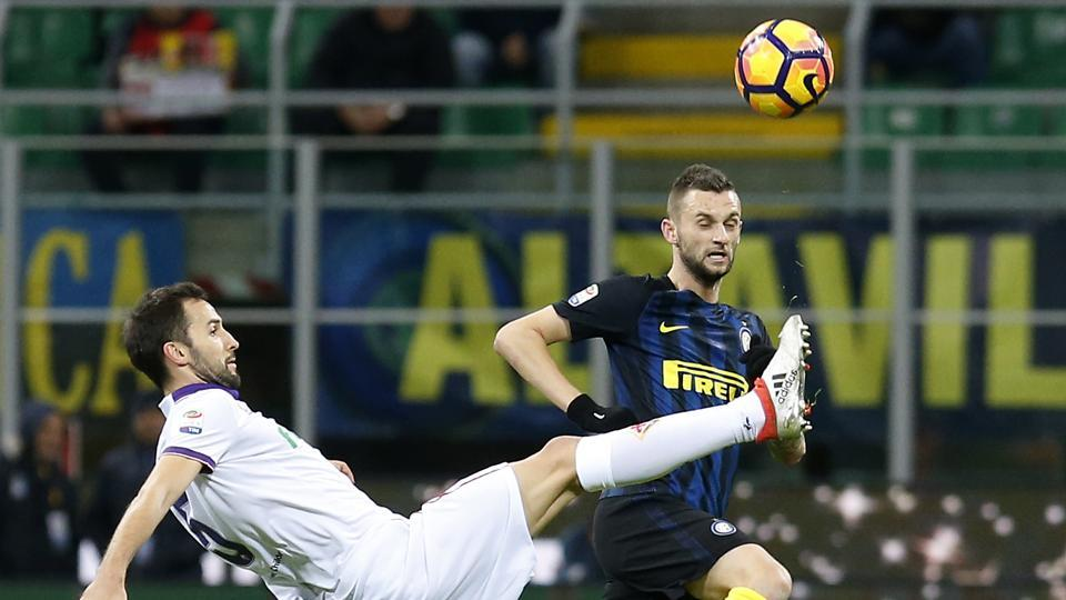 Fiorentina's Milan Badelj, left, challenges for the ball with Inter Milan's Marcelo Brozovic during the match. (AP)