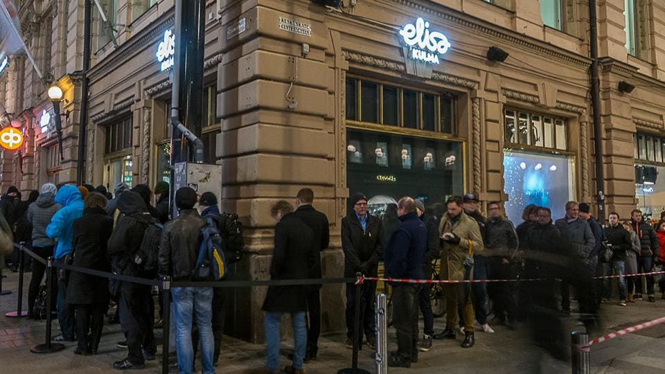 The long queue outside Finnish Operator Elisa's store, Nov 2016.