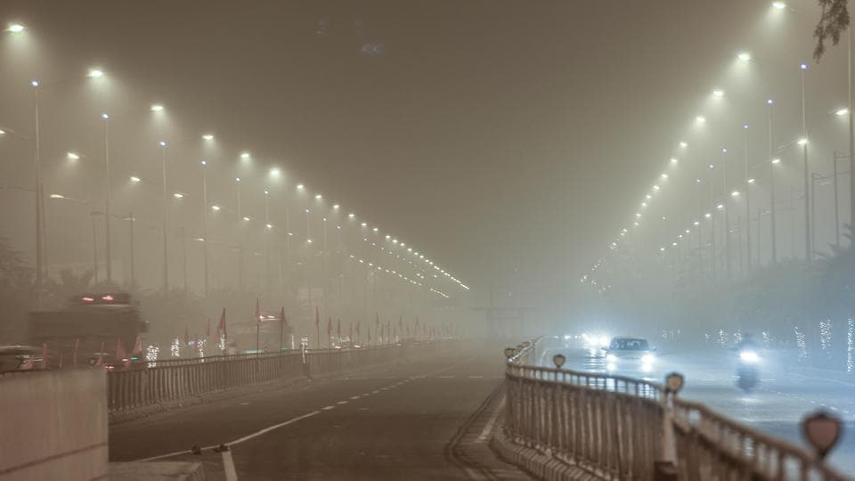 A foggy evening on the GT Road in Amritsar on Thursday. (Gurpreet Singh/HT)