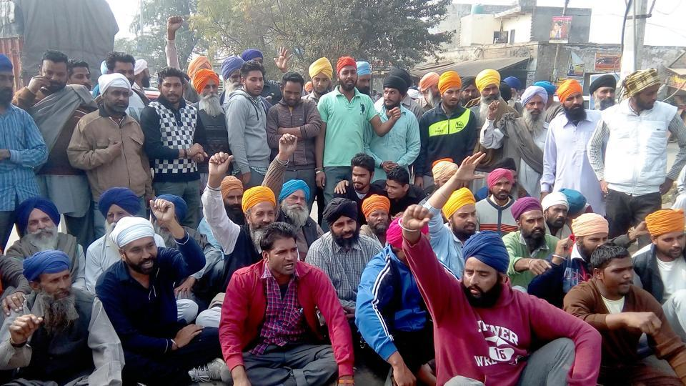 Angered over not getting cash from banks and ATMs, more than 250 farmers blocked the Amritsar-Khemkaran Road at Sur Singh village, Tarn Taran district, on Wednesday.