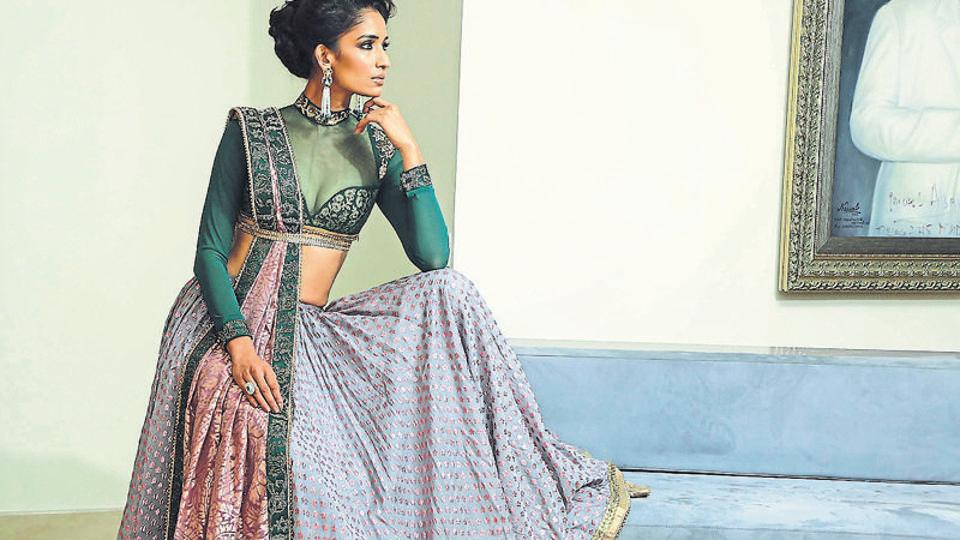 This lehenga-choli ensemble spells out modern charm without giving up on Benarasi handcrafted intricacy. Notice, how smartly the dupatta has been used.