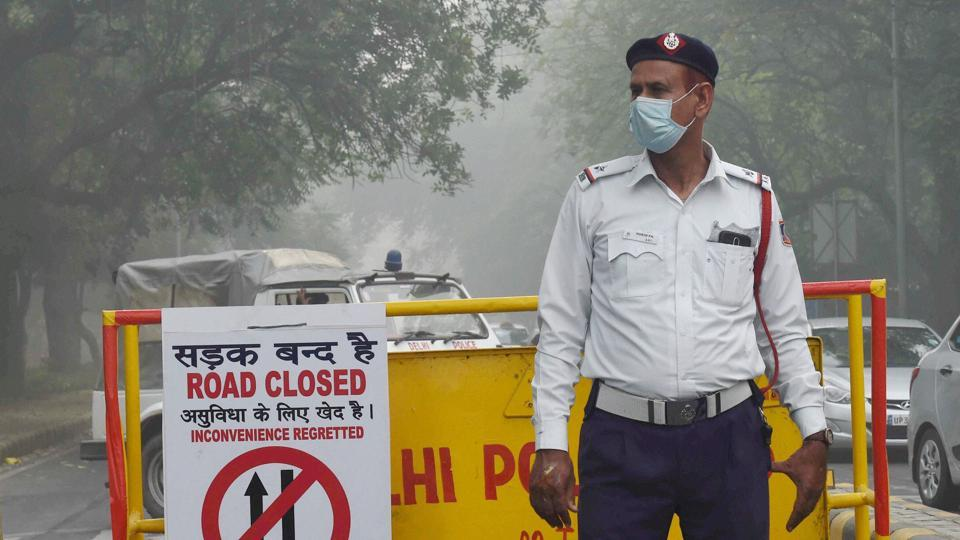 Traffic policeman wears a pollution mask due to heavy smog and air pollution in New Delhi.