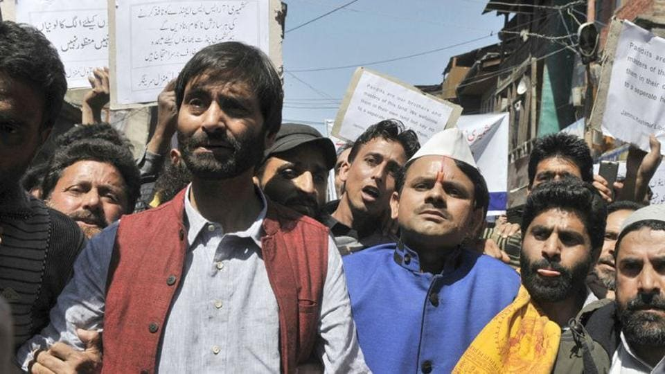 Yasin Malik, along with a group of JKLF activists, started a protest march from Maisuma area to city centre Lal Chowk after Friday prayers.