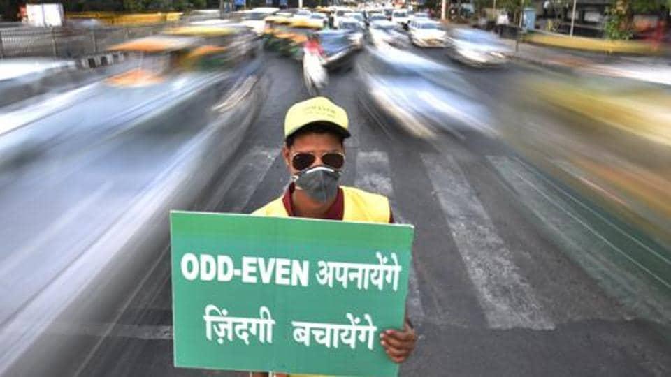 Civil Defence personnel promote odd-even scheme at ITO in New Delhi, India, on Monday, April 18, 2016.