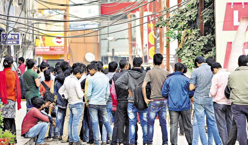 Long queues persist outside ATMs even after 28 days of demonetisation.