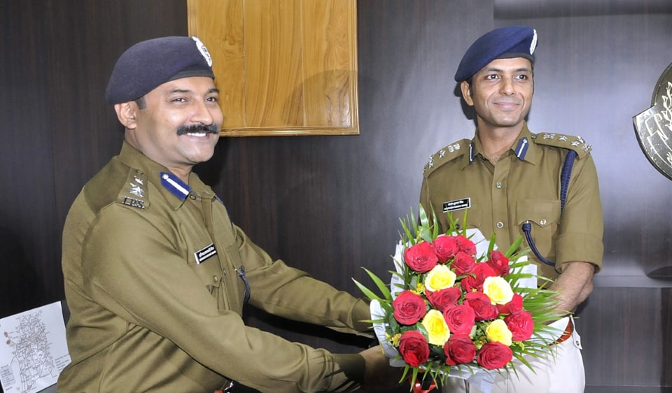 Harinarayan Chari Mishra (left) takes charge as DIG from Santosh Kumar Singh in Indore on Monday.