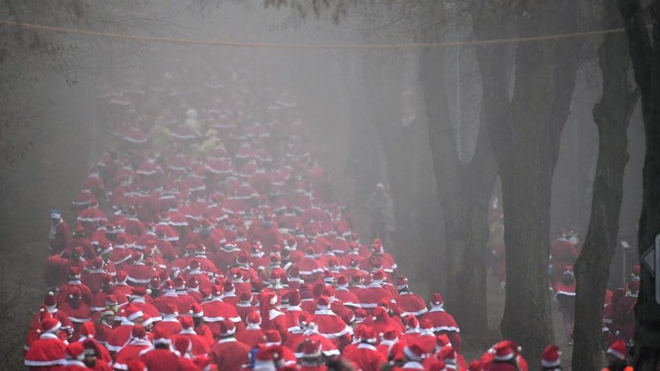 Hundreds of runners dressed in Santa Claus costume run the 8th Michendorfer Nikolauslauf on December 04, 2016 in Michendorf, eastern Germany.  (AFP)