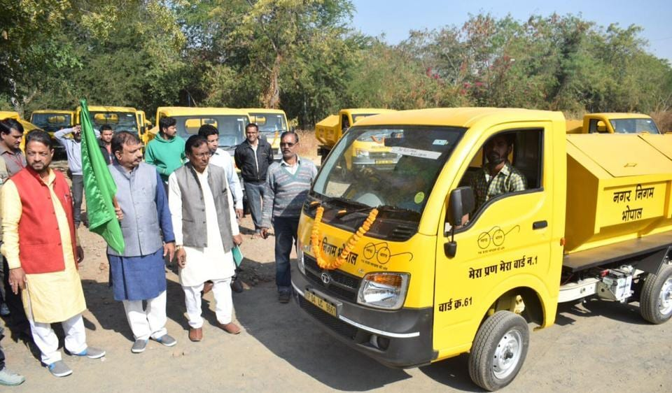 Mayor Alok Sharma flags off the garbage vans dedicated to the 85 wards in Bhopal.