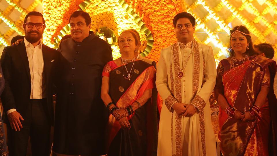 Bollywood actor Aamir Khan poses with Union transport minister Nitin Gadkari and Kanchan Gadkari, and their daughter Ketaki Gadkari and son-in-law Aditya Kaskhedikar. (Manoj verma/ht photo)