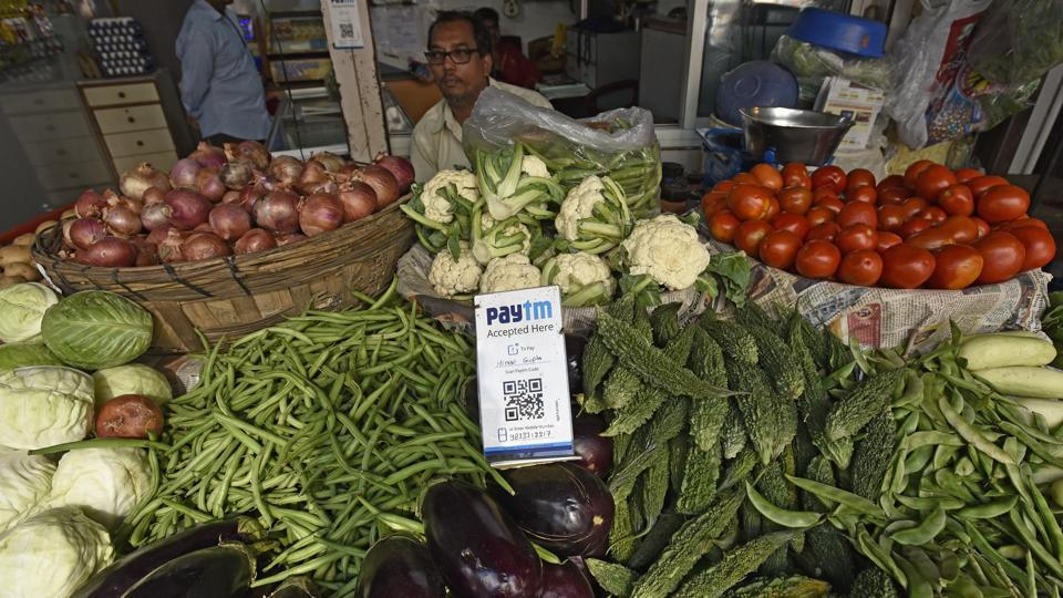 Going green, in style: Vegetable vendors at Pali Naka road in Bandra get tech-savvy.  (VIJAYANAND GUPTA/HT PHOTO)