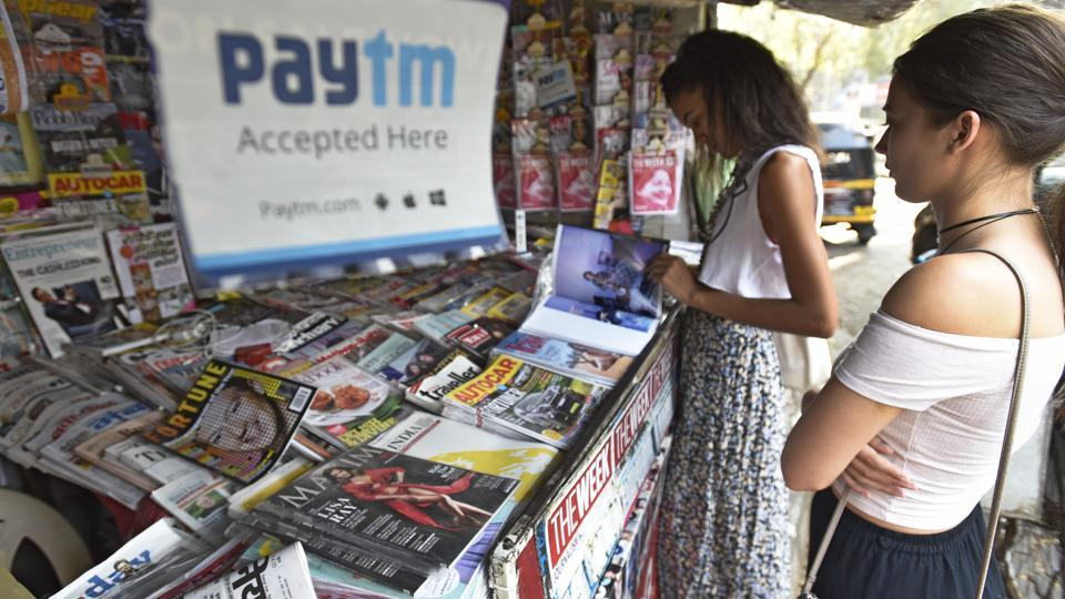 Woman-booker: RK Yadav book stall at Bandra has turned a new page to keep its business intact.  (VIJAYANAND GUPTA/HT PHOTO)