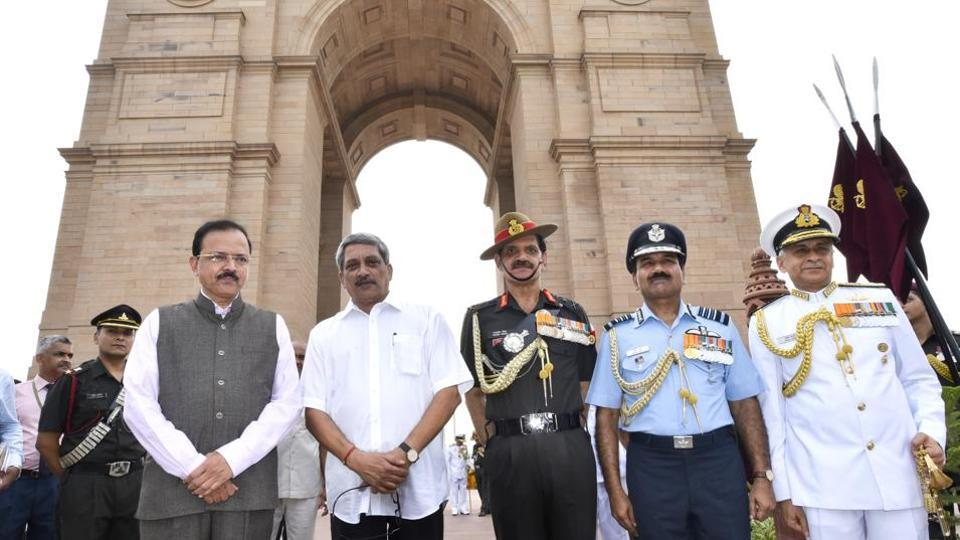 Defence Minister Manohar Parrikar, Army Chief Genral Dalbir Singh, Air Force Chief Arup Raha ,Navy Chief Admiral Sunil Lanba at the Amar Jawan Jyoti , India Gate, on Kargil Vijay Diwas.