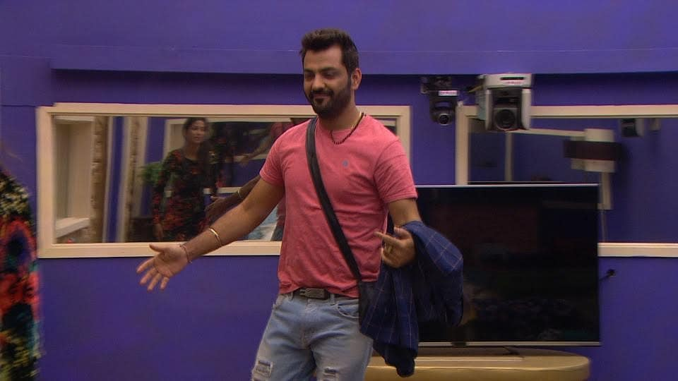 Manu Punjabi, who had to leave Bigg Boss 10 midway due to the sudden death of his mom, re-enters the show on Monday's episode.