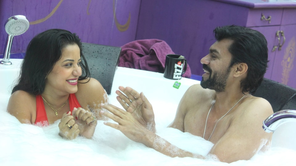 When Monalisa enters the jacuzzi, she starts a seductive dance sequence and Gaurav plays along.