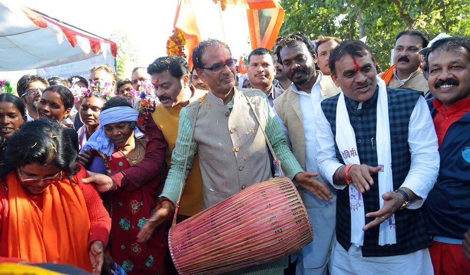 Chief minister Chouhan walked from the Arandi Ashram to Karanjia with the Narmada Sewa Yatra, addressing public gatherings on the way.