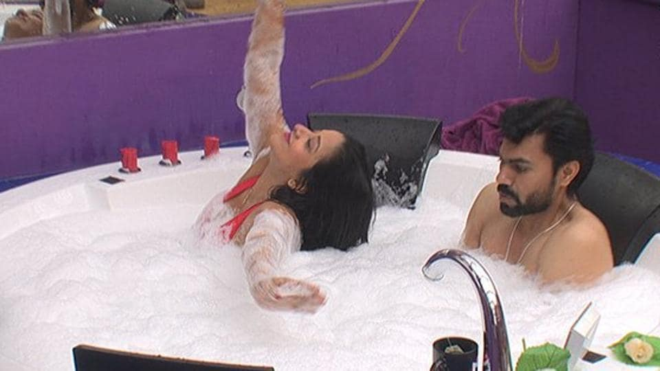 Monalisa did a few sensuous moves inside the jacuzzi and danced to Ye Mera Deewanapan Hai, reminding us of Sunny Leone's performance in Bigg Boss  5.