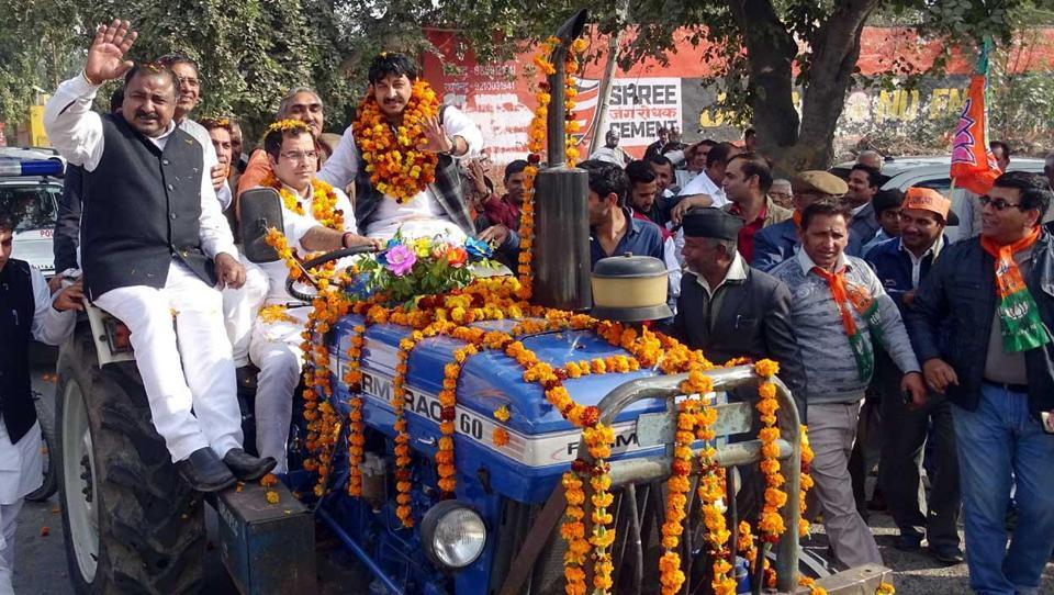BJPchief Manoj Tiwari (third left on tractor) has asked party members to meet and thank people for supporting demonetisation.