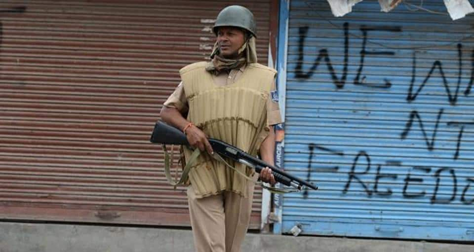 An Indian trooper holds a pellet gun as he patrols in Srinagar on August 29, 2016. in Srinagar on August 29, 2016.