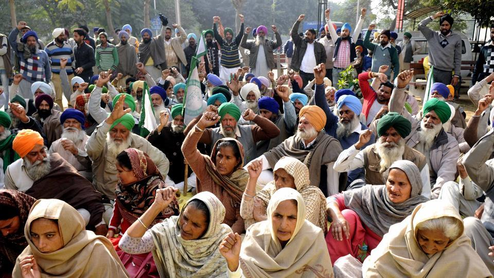 Family members of deceased farmer Gurlab Singh and BKU members protesting outside Rajindra Hospital in Patiala on Tuesday.