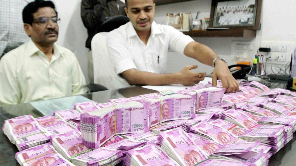 Crime branch police displays seized currency of rupees one crore and forty thousand in new notes in Thane.