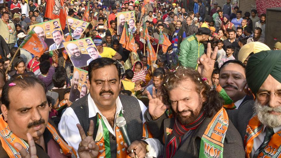 Singer­-turned-politician Hans Raj Hans with BJP national secretary Tarun Chugh (second from left) during a public rally in Amritsar on Wednesday.
