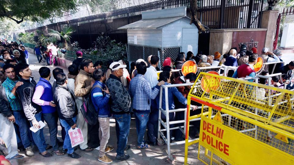 People standing in long queues to exchange cash from the Reserve Bank of India in New Delhi on Thursday.
