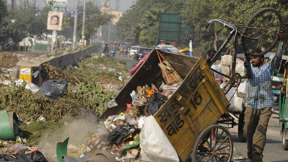 Garbage strewn on the Sector 37 main road.  (Burhaan Kinu/HT PHOTO)