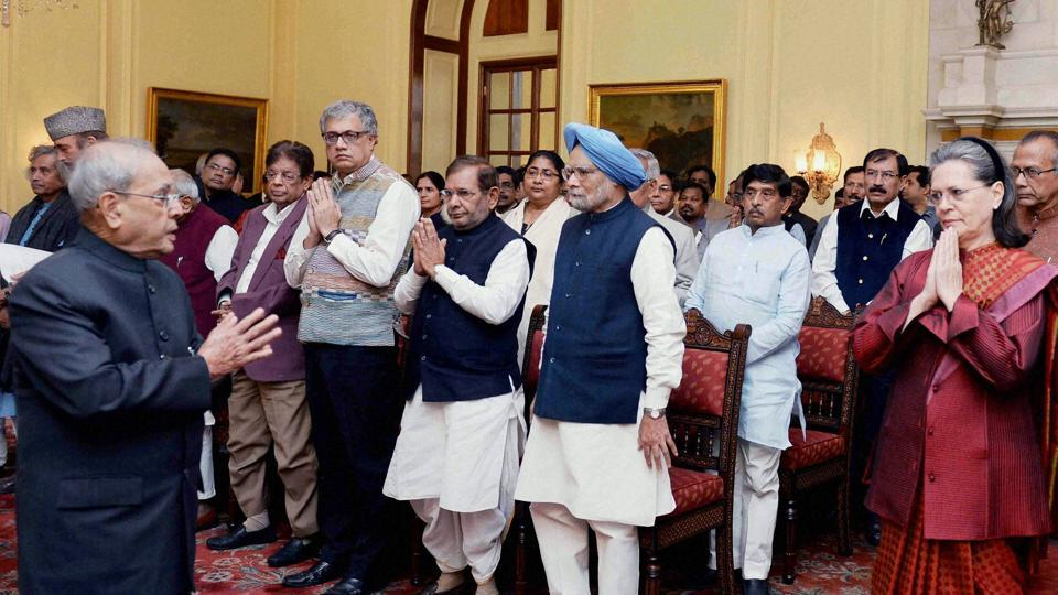 President Pranab Mukherjee meets with a delegation of opposition parties' leaders and members of Parliament at Rashtrapati Bhavan in New Delhi on December 16, 2016.