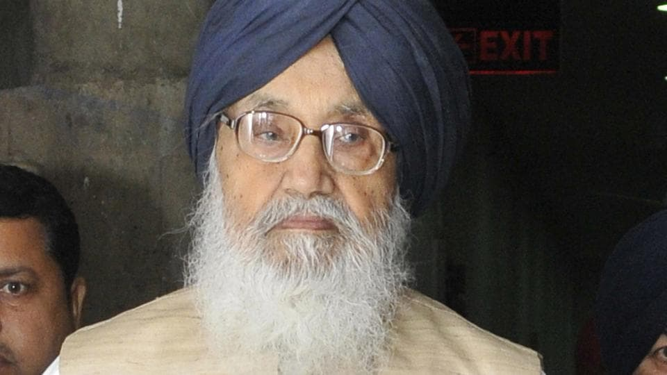 chief minister Parkash Singh Badal's council of ministers went into a huddle at 4 pm after parleys between governor VP Singh Badnore and the government failed to break the logjam.