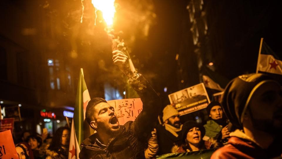 Syrians living in Turkey protest against Russia, Syrian president Bashar al-Assad's regime ally, in front of the Russian Embassy along Istiklal Avenue in Istanbul.  (Ozan Kose/AFP Photo)