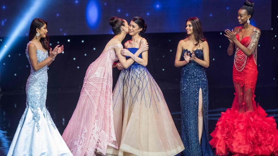 Miss Philippines Catriona Elisa Gray (second left) kisses Miss Indonesia Natasha Mannuela (centre) during the Miss World grand final of the Miss World 2016. (Zach Gibson/AFP)