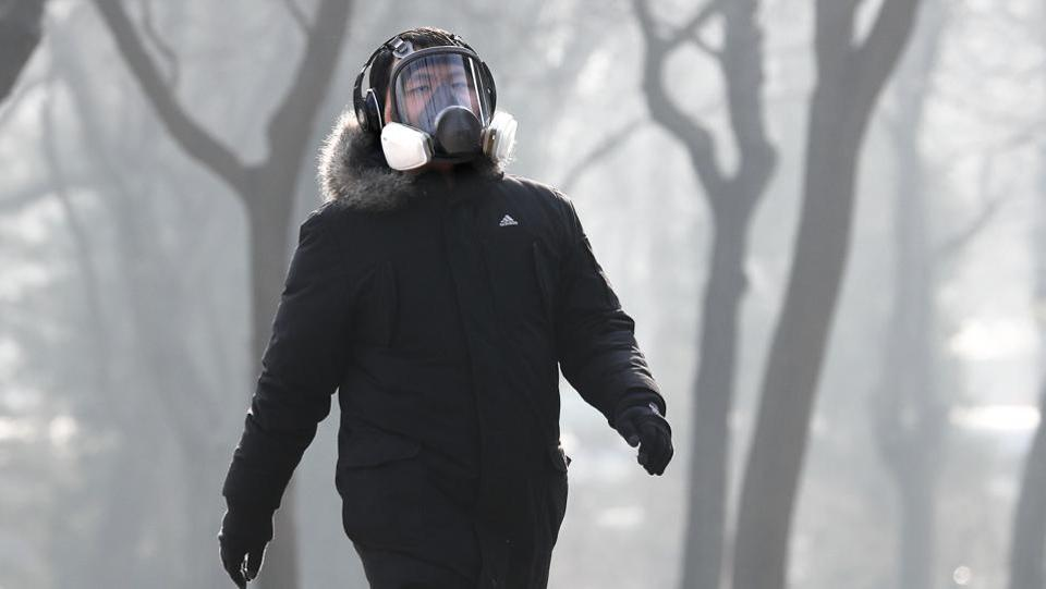 A man wearing a mask exercises at Ritan Park in Beijing. (AP photo)