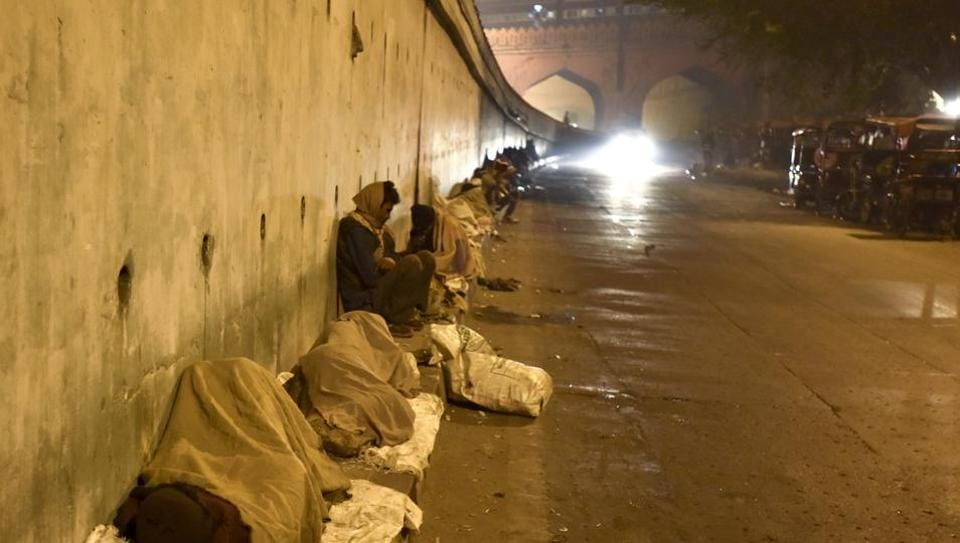 Homeless people sleep near Hanuman Temple in New Delhi.  Since 2000, nine surveys in the city — including one by the Commissioners of the Supreme Court — put the number of homeless between 52,000 and 2,46,000. (Sanjeev Verma/HT PHOTO)