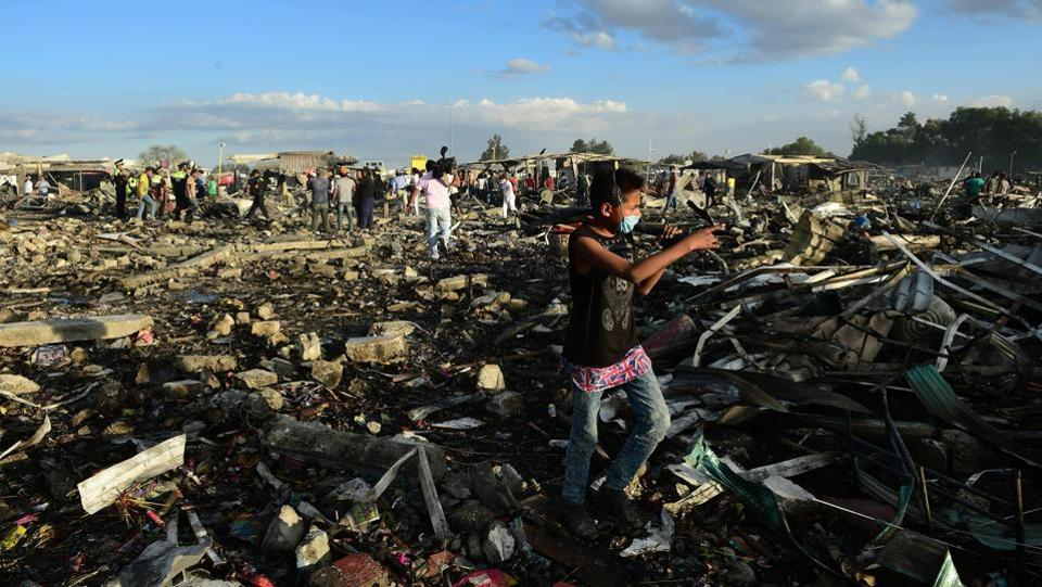 People search for goods and chattels  amid the debris after the blast. (Ronaldo Schemidt/AFP)