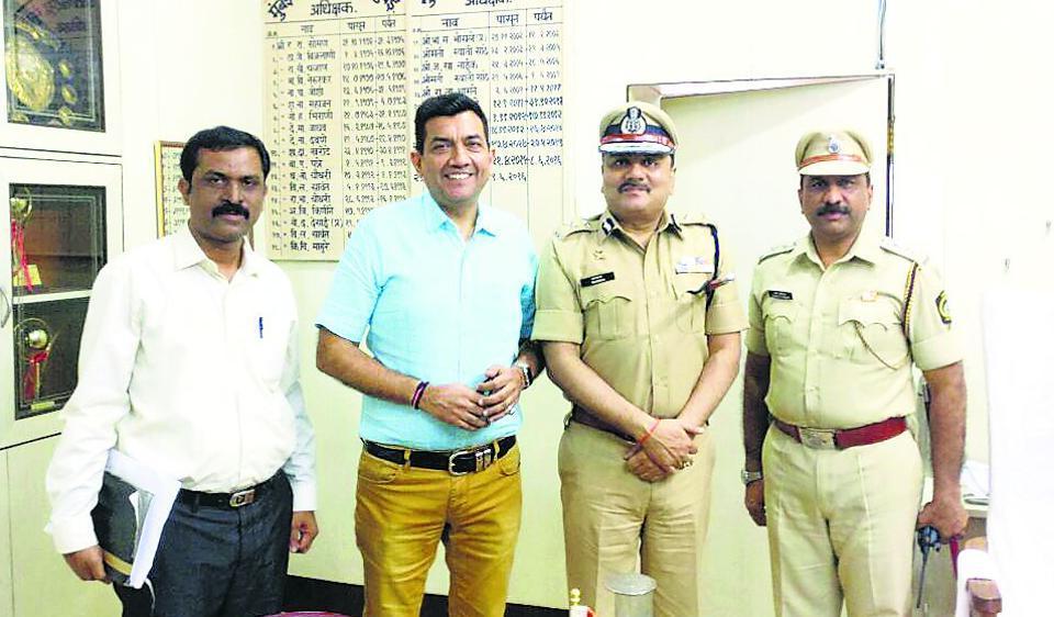Chef Sanjeev Kapoor with IGP (Prisons) Rajvardhan Sinha and IPS and jail superintendent Harshad Ahirrao.