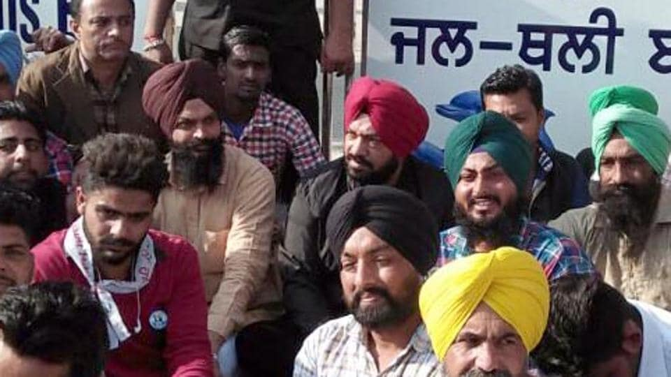 Aam Aadmi Party workers staging a dharna outside the Harike lake gate in Tarn Taran on Wednesday.