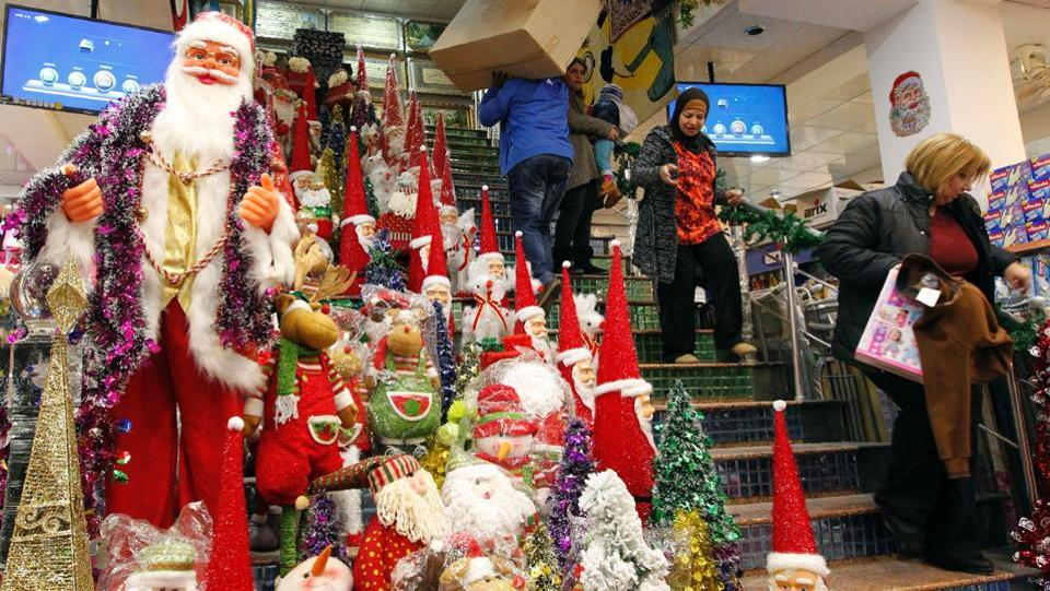 Iraqis shop for Christmas in Baghdad's Karrada district. (AFP photo)