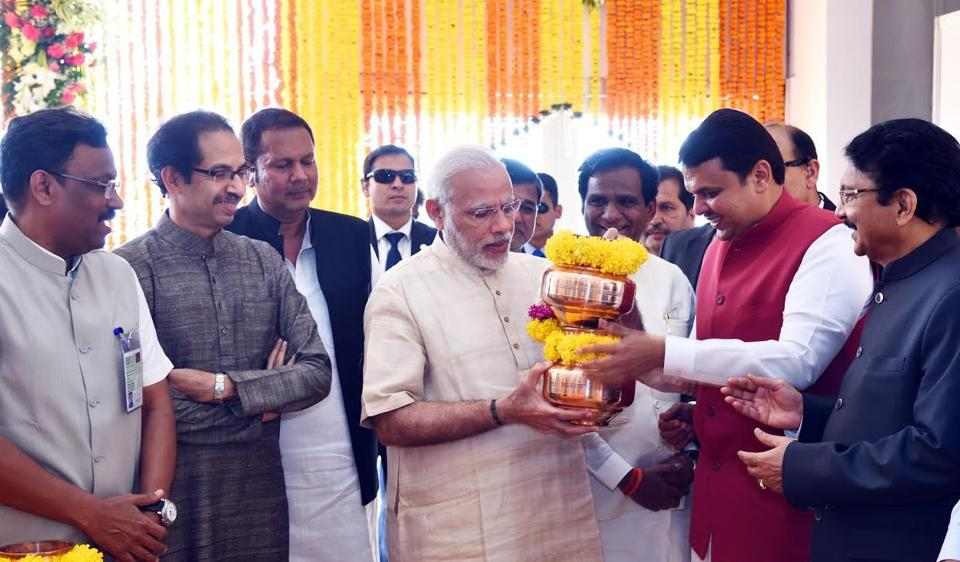 PM Narendra Modi accepts pots of water, soil and stones from across the state from CM Devendra Fadnavis at Raj Bhavan, ahead of the jalpoojan ritual. (From left) State minister Vinod Tawde, Sena chief Uddhav Thackeray and (extreme right) governor Ch Vidyasagar Rao were also present.