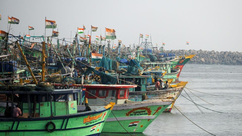 Pakistan has released 220 Indian fishermen held for trespassing into its territorial waters.
