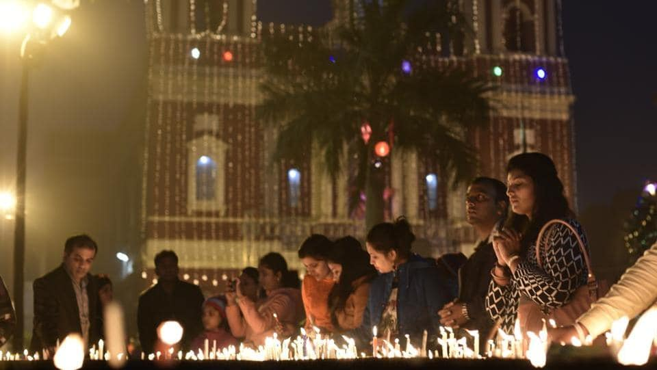 Devotees lights the candles at the Sacred Heart Cathedral on Christmas Eve in New Delhi. (Vipin Kumar/HT Photo)